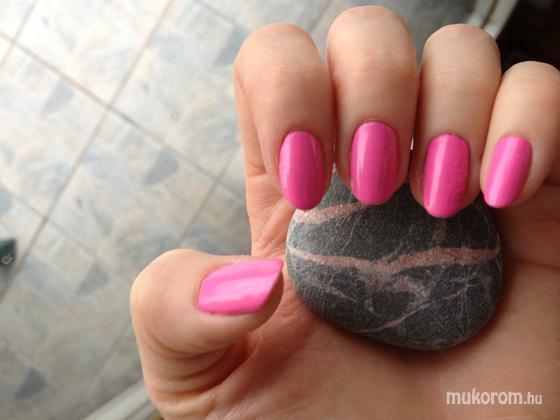 Jenna Hamilton - Pink nails for October - 2013-10-03 13:34