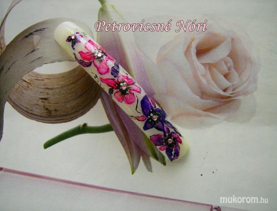Petrovicsné  Nóri - gyakoroltam virágot festeni - 2011-04-17 19:11