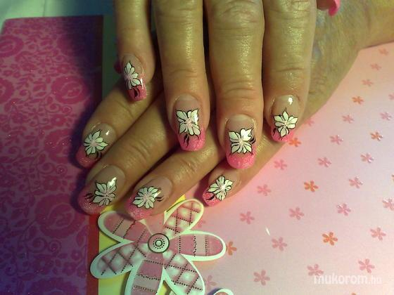 Klinkó Anett - rózsaszín virággal - 2011-08-26 20:45