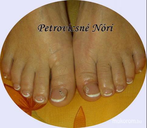 Petrovicsné  Nóri - szép lábkörmöt matricával - 2011-05-01 13:50