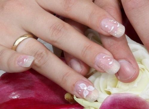 Zsellér Henrietta - Első menyasszonyi körmöm, egy kis porcelán virággal - 2010-09-11 17:25