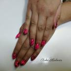 Pink köröm díszítéssel