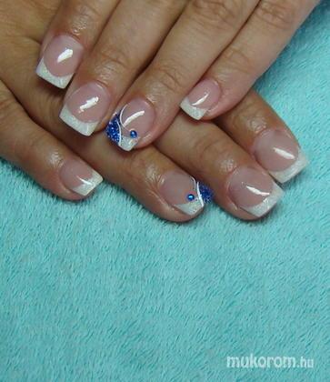 Torma Tímea - Gyöngyházfehér mini kocka kék csillivel - 2011-05-07 10:43
