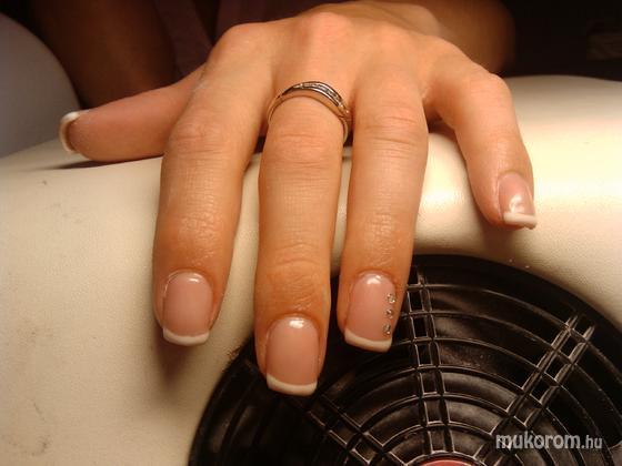 Darvas Juli (Villa Dejavu beauty and nails, II-III-XII. ker.) - francia - 2011-09-06 08:24