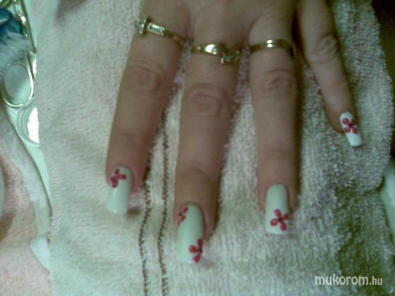 Papp Melinda - fehér alapon piros virágok - 2011-10-30 15:10