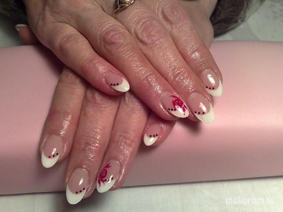 Klinkó Anett - francia piros rózsával - 2012-01-02 18:19