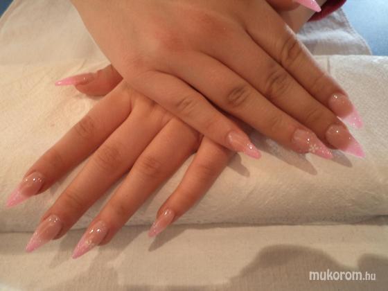 Papp Melinda - hegyes rózsaszín csillámos kis virággal - 2012-01-11 21:39
